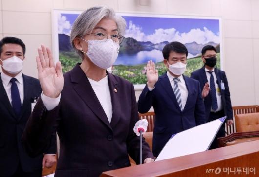 [사진]증인 선서하는 강경화 장관