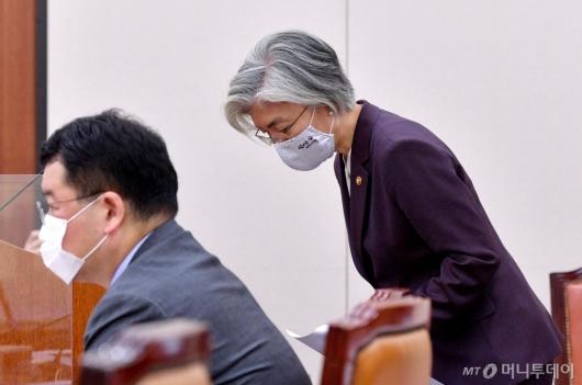 [사진]고개 숙인 강경화 장관