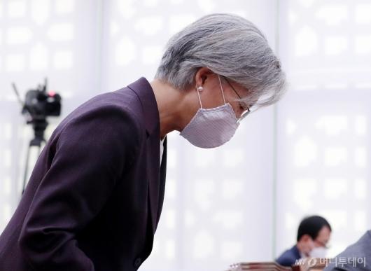 [사진]국감 출석해 인사하는 강경화 장관