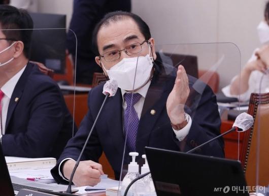 [사진]국감 발언하는 태영호
