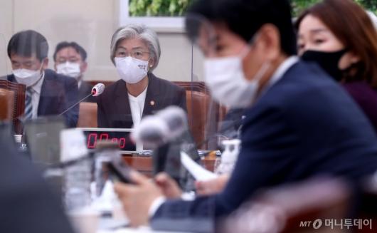 [사진]자료제줄 답변하는 강경화 장관