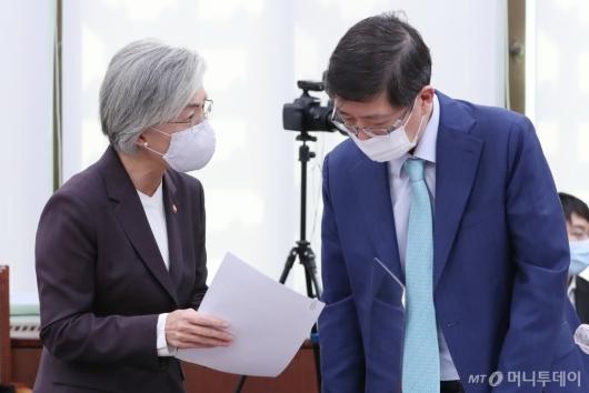 [사진]자료제출 관련 이야기하는 강경화 장관-김홍걸 의원