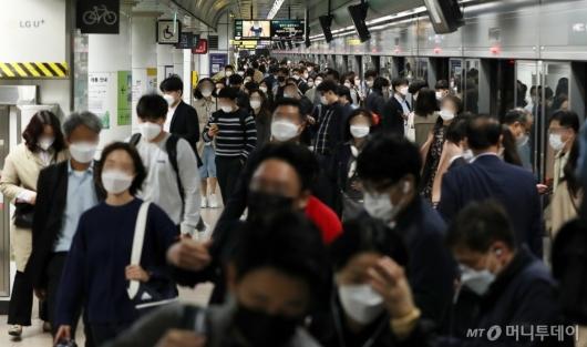 [사진]'거리두기 완화' 출근하는 시민들