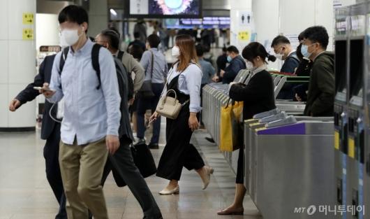 [사진]거리두기 1단계 완화, 출근하는 시민들