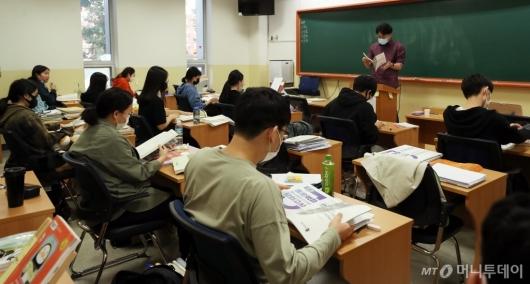 [사진]거리두기 완화, 대면수업 듣는 학생들