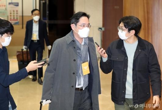[사진]취재진 질문받는 이재용 부회장