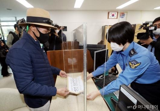 [사진]정보공개청구서와 항의문 전달하는 이래진씨