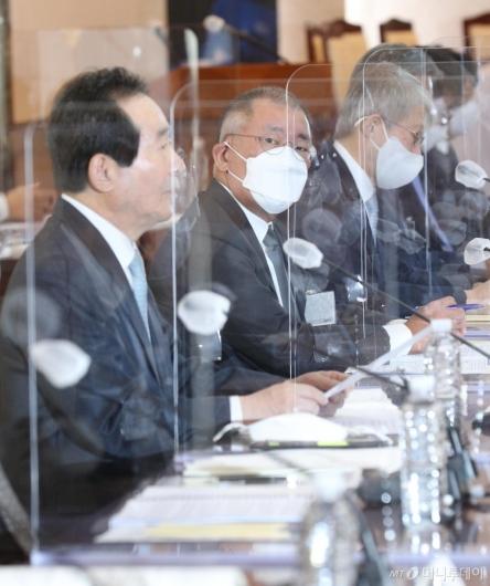 [사진]총리 발언 경청하는 정의선 회장