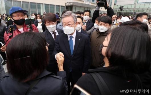 [사진]'무죄' 이재명지사, 지지자들과 인사