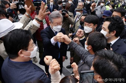 [사진]'파기환송심 무죄' 법원 떠나는 이재명