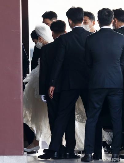 [사진]결혼식장 들어서는 아모레 장녀 서민정