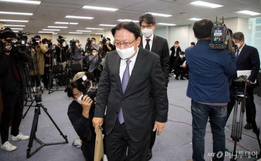 [사진]회견장 나서는 CJ대한통운 박근희 대표