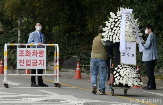 [사진]근조화환 보낸 한화 김승연 회장