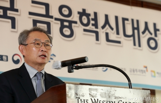 [사진]'대한민국 금융혁신대상' 심사평하는 박대근 심사위원장