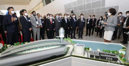 [사진]'2020 그린뉴딜 엑스포' 부스 둘러보는 참석자들