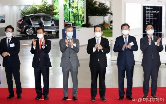 [사진]'2020 그린뉴딜 엑스포' 박수치는 정세균 총리-홍선근 회장