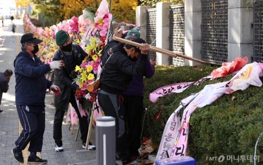 [사진]철거되는 대검 앞 화환