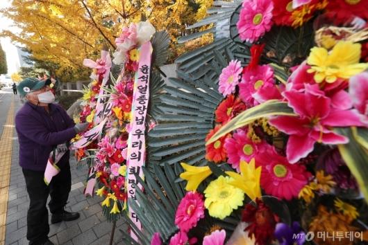 [사진]화환 자진철거하는 시민단체