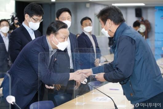 [사진]악수하는 김만재 위원장-최완우 전무