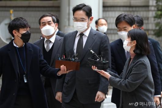 [사진]이재용 부회장, 국정농단 파기환송심 출석