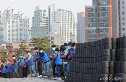 [사진]연탄과 아파트