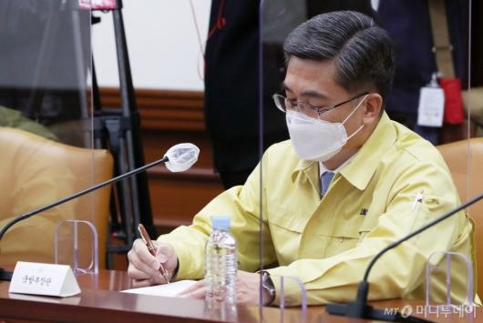[사진]총리 발언 경청하는 서욱 장관