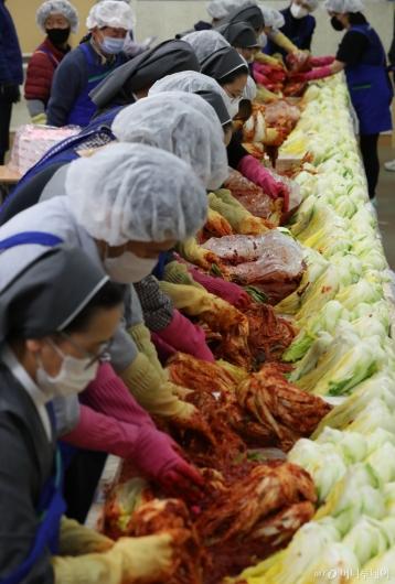[사진]농협유통 '사랑의 김장 담그기' 행사