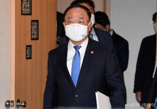 [사진]부동산시장 점검 회의 참석하는 홍남기 부총리