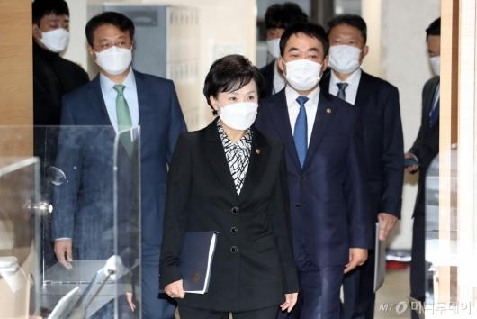 [사진]서민·중산층 주거안정 지원방안 발표 위해 입장하는 김현미 장관