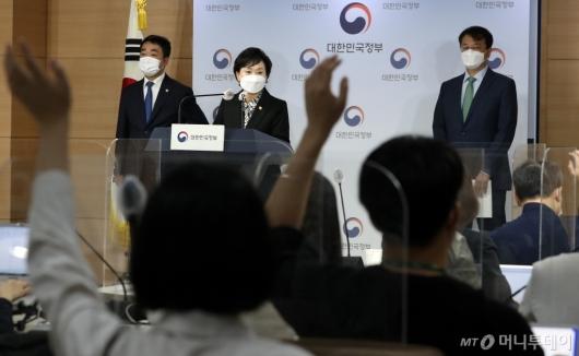 [사진]질문 받는 김현미 장관