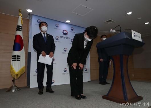 [사진]브리핑 마친 김현미 장관