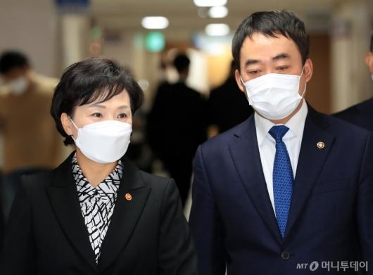 [사진]서민·중산층 주거안정 지원방안 브리핑 참석하는 김현미-김학진
