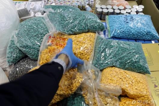 [사진]인천본부세관, 가짜 성기능 의약품 원료 불법유통 조직 검거