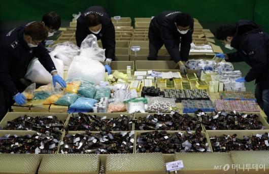 [사진]압수품 살피는 인천본부세관 직원들