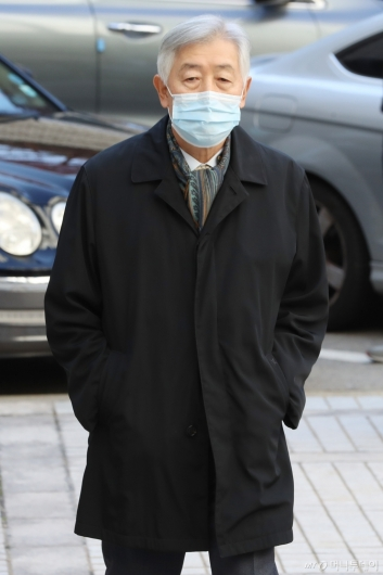 [사진]국정농단 사건 파기환송심 출석하는 최지성