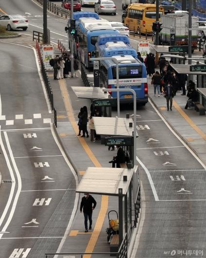 [사진]대중교통 밤 10시부터 감축 운행