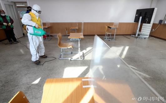 [사진]코로나19 유증상자 시험실 방역