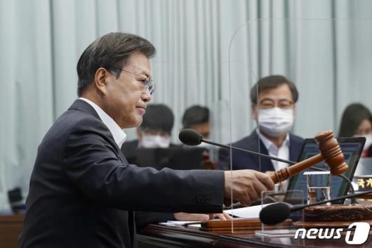 """조은산 """"노무현과 MB는 숨지 않았다"""""""