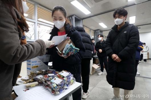 [사진]수험표와 방역물품 받는 수험생들