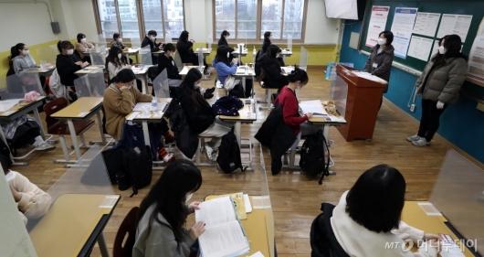 [사진]시험 시작 기다리는 수험생들
