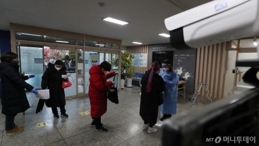 [사진]발열 검사 받는 수험생들