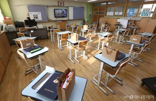 [사진]빈 교실에서 진행되는 졸업식