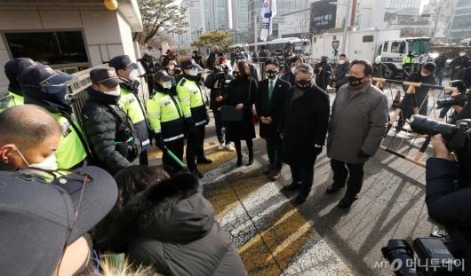 [사진]대법원 들어서는 조원진