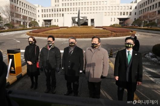[사진]박 전 대통령 최종 선고 공판 참석하는 조원진
