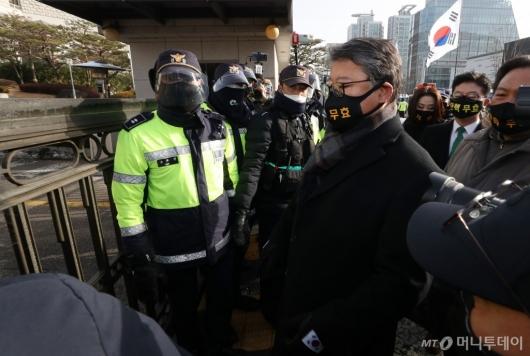 [사진]박 전 대통령 최종 공판 참석하는 조원진