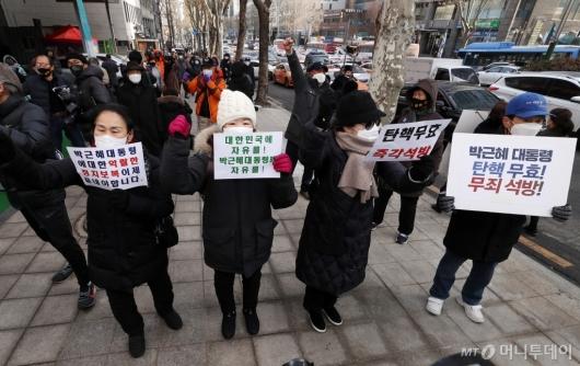 [사진]박근혜 전 대통령 징역 22년 확정, 석방 요구하는 지지자들