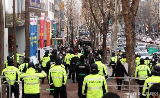 [사진]법원 앞 길거리 메운 박 전 대통령 지지자들