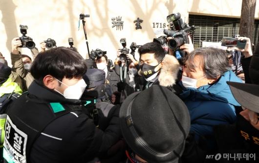 [사진]경찰들과 대립하는 박 전 대통령 지지자들