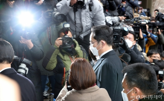 [사진]법정 들어서는 이재용 부회장