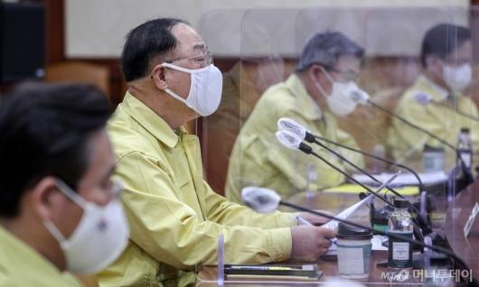 [사진]회의 주재하는 홍남기 부총리